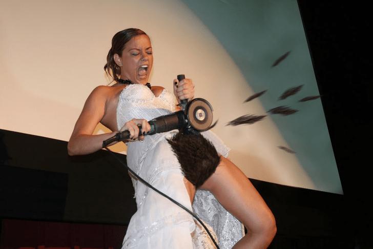 Фото №8 - Интернет феерично отреагировал на фото невесты, избавляющейся от пояса верности!