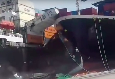 Два гигантских корабля столкнулись в порту Карачи (ВИДЕО)