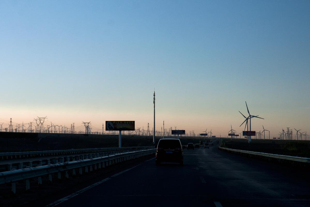 Горы, ветряки, ЛЭП. Фото 1