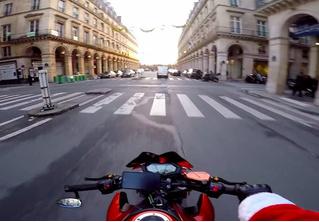 Мотоциклист в костюме Санта-Клауса преследует преступника (ВИДЕО)