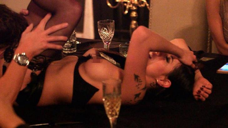 Фото №7 - Эротический театр, маскарад и интим-эксперименты: про закрытый VIP-клуб для богатых и знаменитых сняли документальный сериал