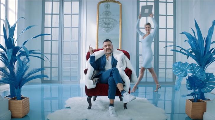 Фото №1 - Наш мир рухнул! Сергей Шнуров спел и снялся в рекламе «Святого (СВЯТОГО!) источника»