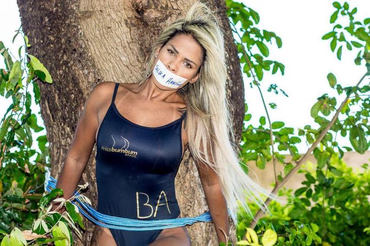Фото №1 - Зачем участницы конкурса «Лучшая попа Бразилии» позволили заклеить себе рты и привязать к дереву