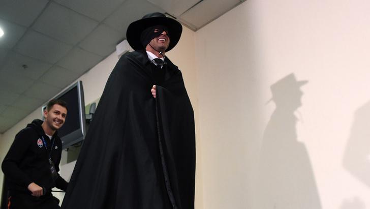 Фото №2 - Украинский футбольный тренер явился на пресс-конференцию в костюме Зорро (упоительные ФОТО + ВИДЕО)