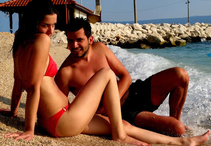 Фото №1 - Влечение на водах: 4 правила идеального курортного романа, по мнению девушек
