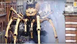 По улице французского города прошел парад гигантских роботов (видео)