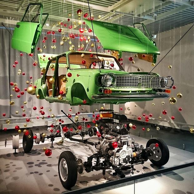Фото №1 - В музее автомобилей сделали новогоднее украшение из «копейки»