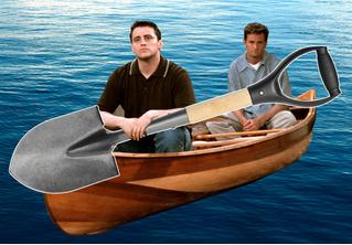 Двое россиян потерпели лодкокрушение и с неделю дрейфовали в Тихом океане. Выручила лопата
