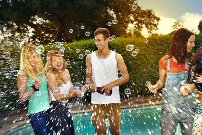 Фото №2 - Как заманить на вечеринку много девушек в купальниках