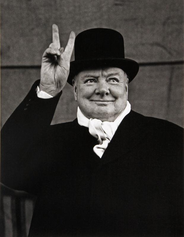 Уинстон Черчилль демонстрирует  два пальца