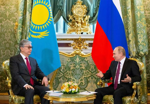 Фото №4 - СМИ обнаружили, что президента Казахстана «омолодили» на официальных фото