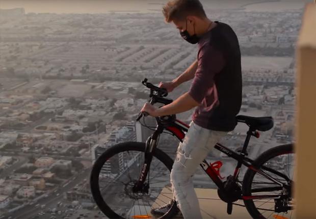 Фото №1 - Российский руфер объехал небоскреб по кромке крыши на велосипеде (видео)