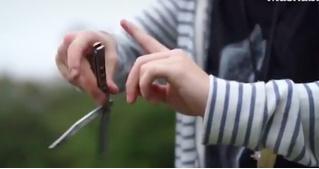 Американский школьник мастерски обращается с ножом-бабочкой (ВИДЕО)