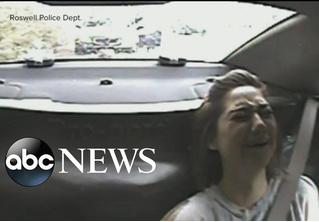 Американские полицейские подбросили монетку, чтобы решить, арестовывать ли девушку (ВИДЕО)