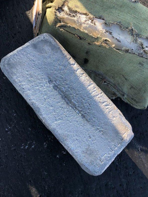 Фото №2 - В Якутске самолет, взлетая, растерял слитки золота и серебра! (растерянные ФОТО и ВИДЕО)