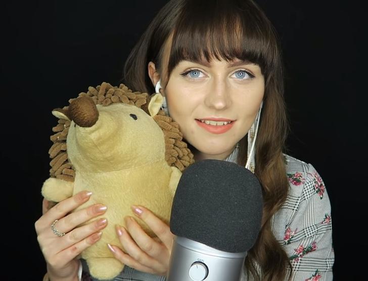 Фото №1 - Девушка зарабатывает 60 тысяч фунтов в год, нашептывая в микрофон и трогая вещи