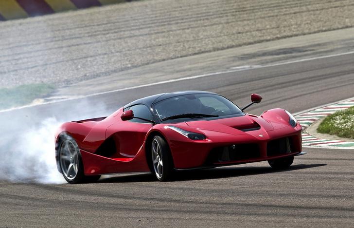 Ferrari LaFerrari: суммарная мощность — 963 л.с., разгон до 100 км/ч занимает менее 3 с, до 200 км/ч — менее семи, а 300 км/ч супергибрид достигает за 15 с