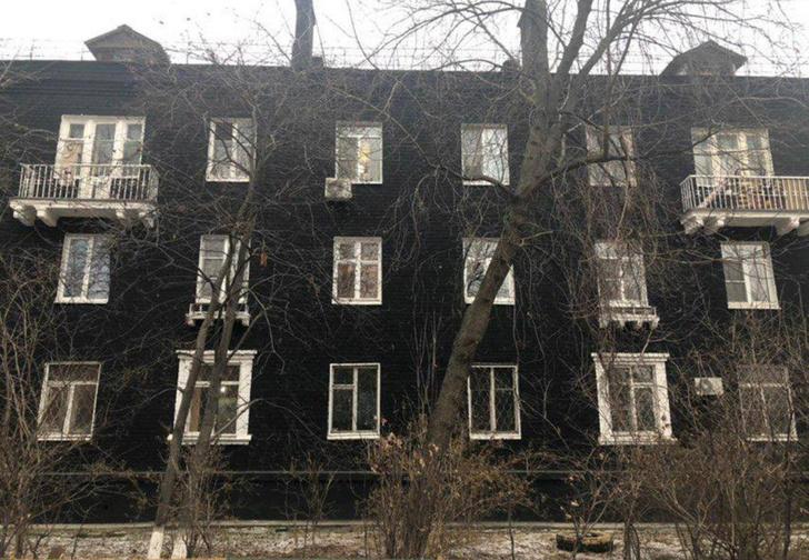 Фото №2 - В Подмосковье сталинку покрасили в стильный чёрный цвет. Затею тут же раскритиковали