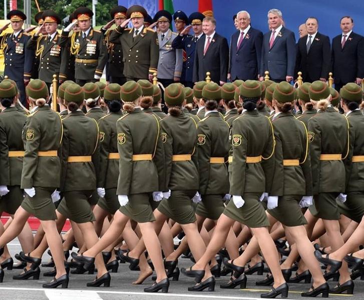 Фото №1 - На параде в Белоруссии девушка потеряла туфлю, но героически продолжала держаться в строю!