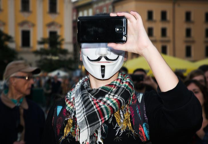Фото №1 - Госдума приняла в первом чтении законопроекты об ответственности за фейки и оскорбление власти в Интернете