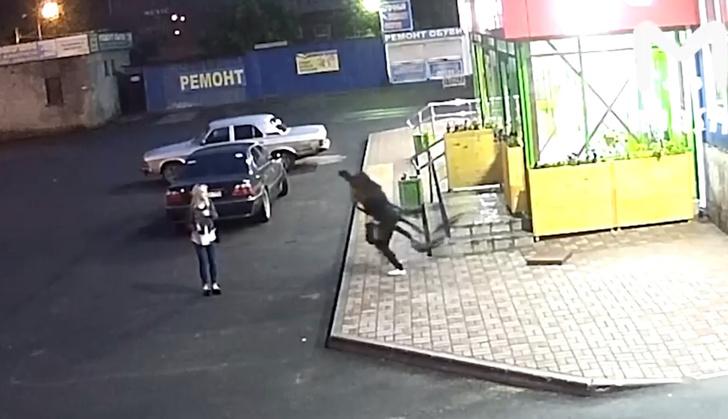 Фото №1 - Жительница Череповца крадет картонного футболиста! Почему-то смешное ВИДЕО