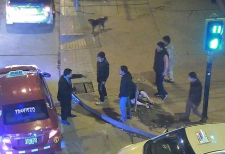 Парень жестоко издевался над подругой прямо на улице. И смотри, что сделали прохожие (поучительное ВИДЕО)