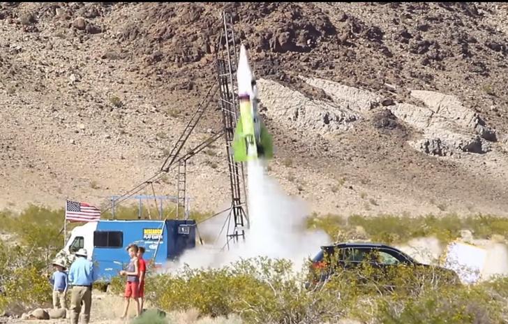 Фото №1 - Изобретатель-безумец все-таки взлетел на самодельной ракете, чтобы доказать: Земля плоская! (ВИДЕО)