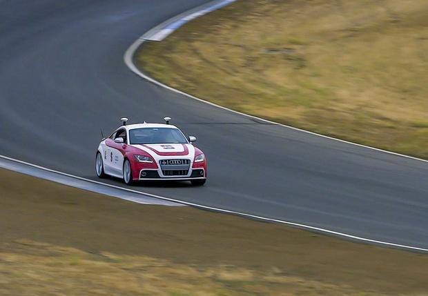 Фото №1 - Ученые разработали нейросеть, управляющую гоночным автомобилем не хуже опытного пилота (видео)