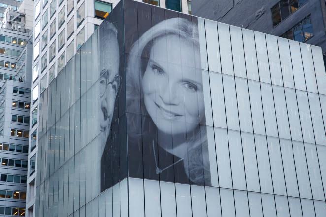 Фото №2 - Миллиардер повесил на фасад здания огромное фото с новой женой, чтобы позлить бывшую