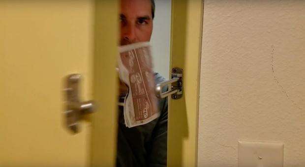Фото №1 - Как при помощи бумажки открыть дверь в половине отелей мира (видео)