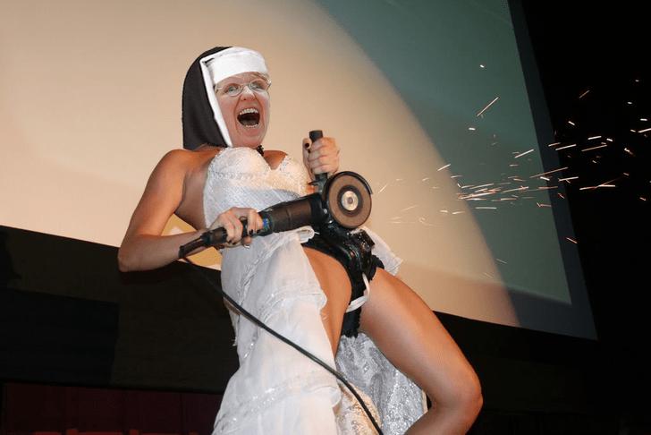 Фото №4 - Интернет феерично отреагировал на фото невесты, избавляющейся от пояса верности!
