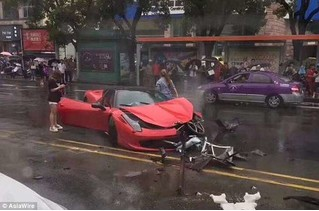 Китаянка взяла в аренду Ferrari и тут же его разбила (ВИДЕО)