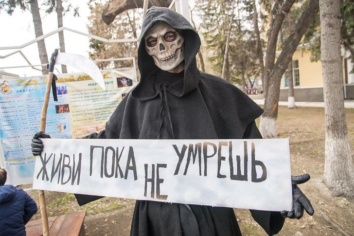 Фото №28 - Запрещена в России: плакаты первомайской Монстрации — 2017