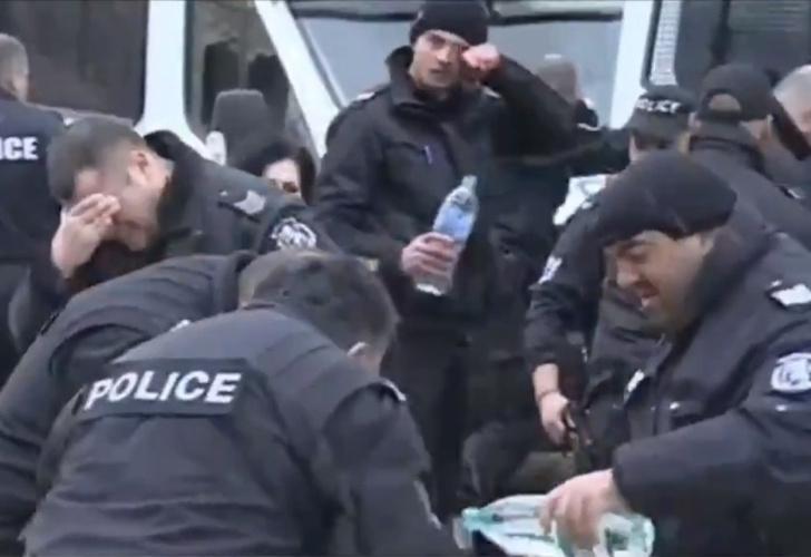 Фото №1 - Полицейские распылили слезоточивый газ в протестующих, а попали в себя (видео)