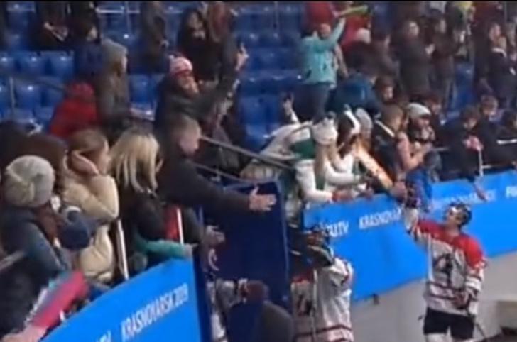 Фото №1 - Ушлый фанат отобрал у канадского хоккеиста клюшку на Универсиаде (видео)