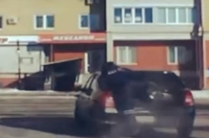 Фото №1 - Гаишник запрыгнул на угнанную машину, разбил пистолетом стекло, влез в салон — и скрутил пьяного злодея за рулем! ВИДЕО