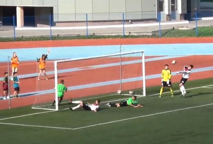 Фото №1 - Новый комичный автогол этого футбольного лета (видео)