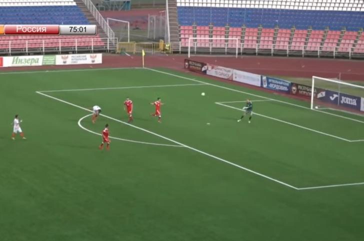 Фото №1 - Вратарь забил победный гол через все поле (почти фантастическое видео)