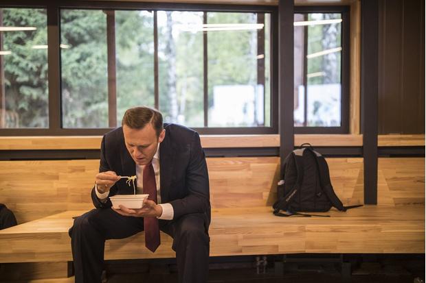Фото №1 - Лучшие фотожабы на Навального, поедающего «Доширак»