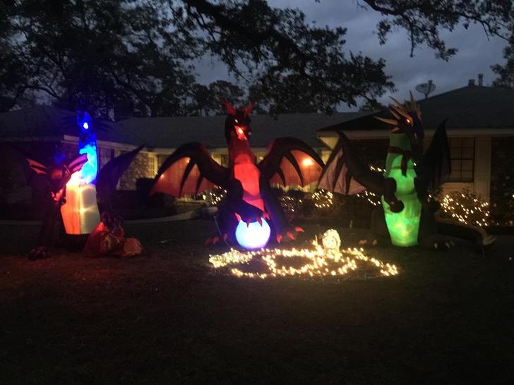 Фото №2 - Твит дня: писательница украсила двор к Рождеству надувными драконами, и соседи заподозрили её в оккультизме