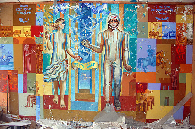 Сохранившиеся фрески на стенах разрушающихся зданий в Припяти