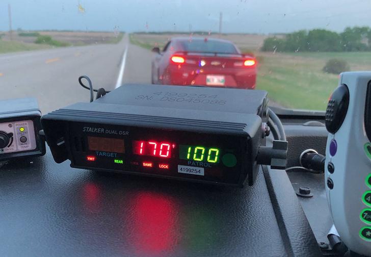 Фото №1 - Канадского подростка поймали за превышение скорости, но он попытался свалить вину на острые куриные крылья