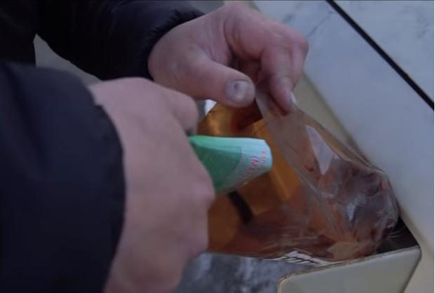 Фото №1 - Мужики засыпали марганцовку в бензобак, чтобы проверить старую байку (видео)