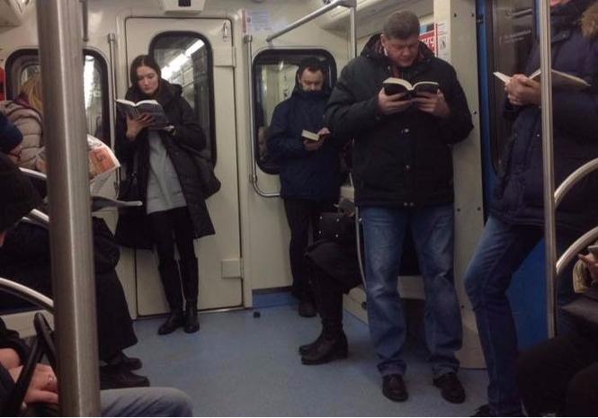 Фото, на котором пассажиры московского метро читают бумажные книги, всполошило западный Интернет!
