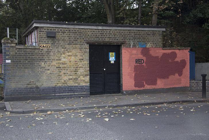 Фото №9 - Красное на черном: Как уличный художник троллил коммунальщиков
