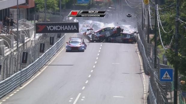 Фото №1 - На гран-при Португалии на первом круге разбились вообще все машины (ВИДЕО)