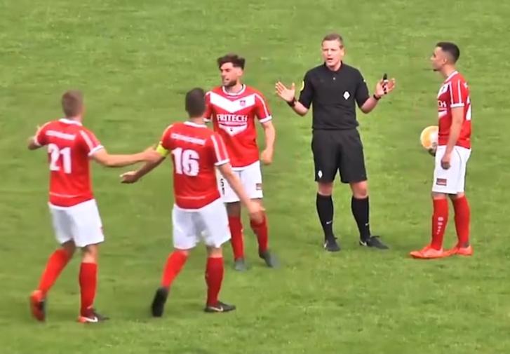 Фото №1 - Судья забил гол и засчитал его (почти уникальное видео)