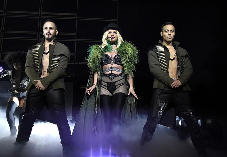 Фото №1 - Бритни Спирс снова оголила грудь на концерте!