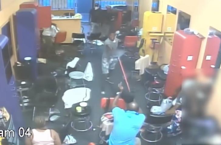 Фото №1 - Хозяин парикмахерской выгнал вооруженных грабителей голыми руками (и немножко метлой). Видео