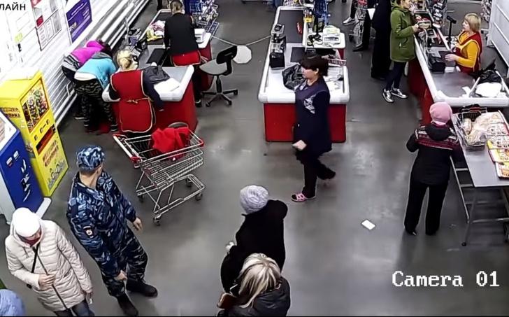 Фото №1 - Сходила за хлебушком: россиянка родила у кассы в продуктовом. Роды приняла кассир (видео)